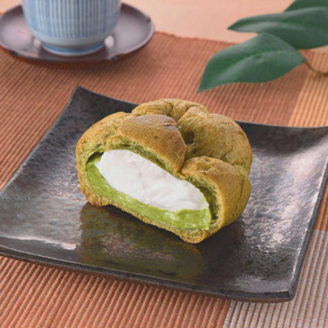 ファミマの抹茶スイーツ「旨み抹茶のシュークリーム」