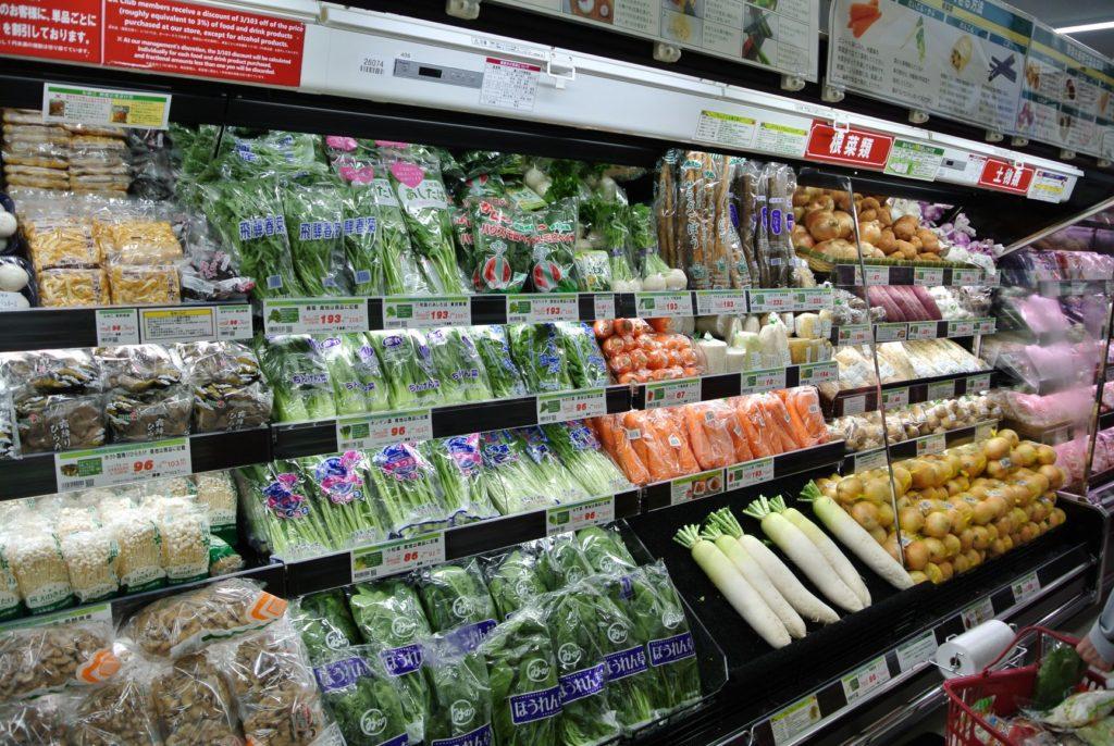 店の上にある数種類の野菜  中程度の精度で自動的に生成された説明