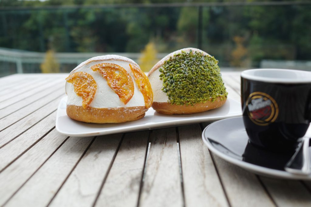 テーブル, 屋外, コーヒー, 食品 が含まれている画像  自動的に生成された説明